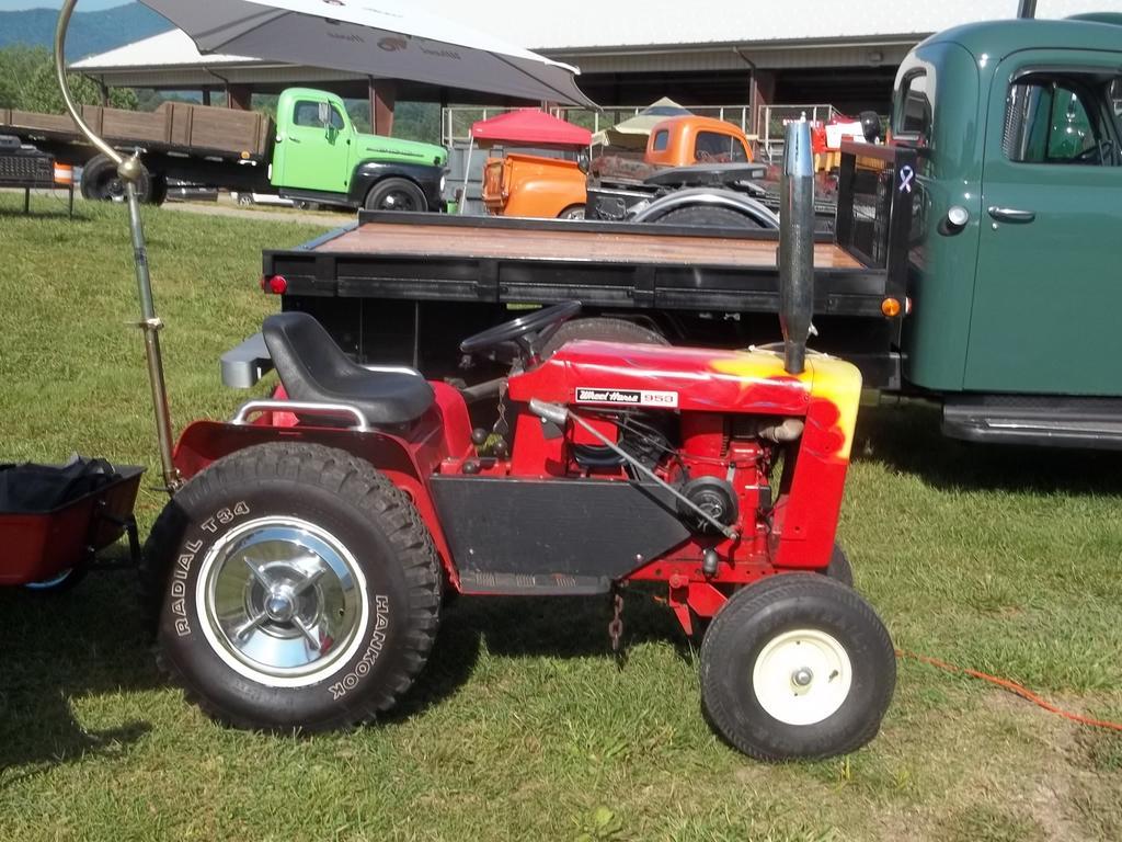 5aabe828b56c1_tractorshowoldsmokey003.JPG.92186f528f7405a2e43aa010b1174520.JPG